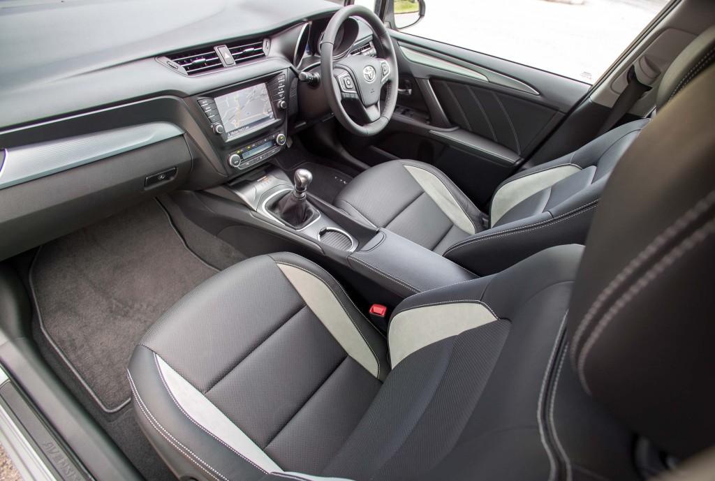 2015-Avensis-touring-sports-interior-2
